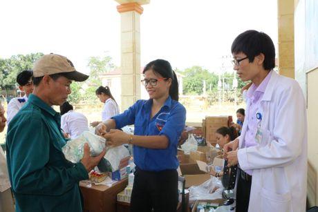 BVDK Ha Tinh va Hoi Thay thuoc tre kham va cap thuoc cho dong bao vung mua lu - Anh 1