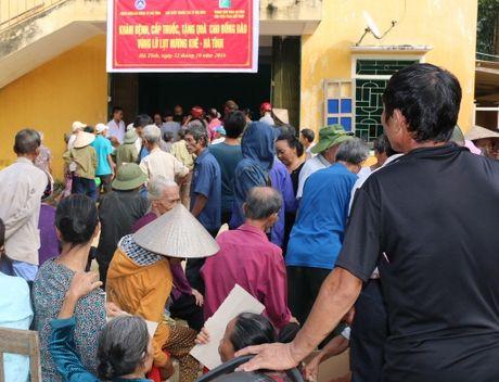 BVDK Ha Tinh va Hoi Thay thuoc tre kham va cap thuoc cho dong bao vung mua lu - Anh 6