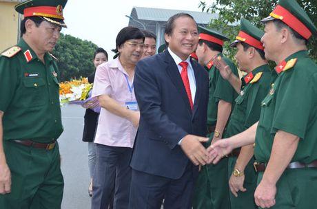 Bo truong Truong Minh Tuan tang phim tai lieu cho Hoc vien Chinh tri-Bo Quoc phong - Anh 1