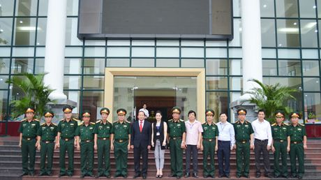 Bo truong Truong Minh Tuan tang phim tai lieu cho Hoc vien Chinh tri-Bo Quoc phong - Anh 3