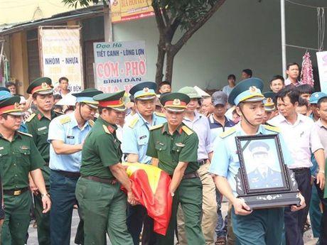 Tien dua phi cong tre trong vu may bay truc thang roi ve que Ha Nam an nghi - Anh 1