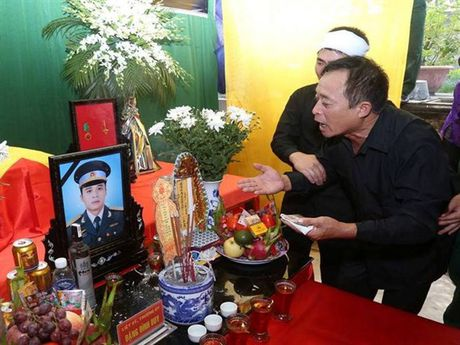 Tien dua phi cong tre trong vu may bay truc thang roi ve que Ha Nam an nghi - Anh 2