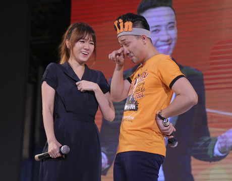 Tran Thanh bat khoc to tinh Hari Won truoc hang nghin nguoi - Anh 2