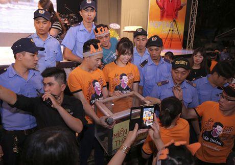 Tran Thanh bat khoc to tinh Hari Won truoc hang nghin nguoi - Anh 7