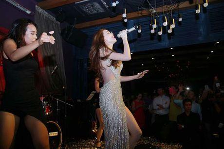 Ho Ngoc Ha khoe lung tran sexy nhay boc lua voi vay ren khong noi y - Anh 4