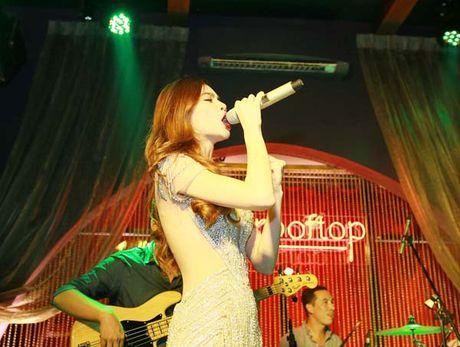 Ho Ngoc Ha khoe lung tran sexy nhay boc lua voi vay ren khong noi y - Anh 5