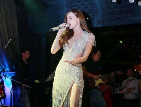 Ho Ngoc Ha khoe lung tran sexy nhay boc lua voi vay ren khong noi y - Anh 7