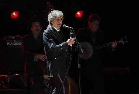 "Im ang truoc giai Nobel, Bob Dylan bi chi trich ""ngao man"" - Anh 1"
