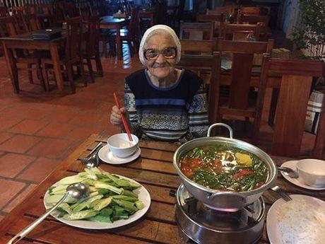 Cu ba 89 tuoi mot minh du lich Viet Nam bang tien luong huu - Anh 3