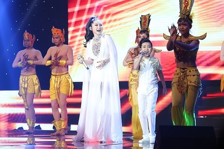 Huong Tram ho tro het minh cho hoc tro Dong Nhi- Ong Cao Thang - Anh 4