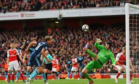 Arsenal: 34 tuoi, Cech van hay nhat Premier League - Anh 1