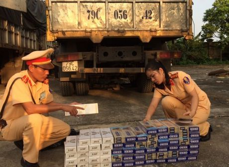 Thanh Hoa: Bat giu hang tram bao thuoc la ngoai nhap lau - Anh 1