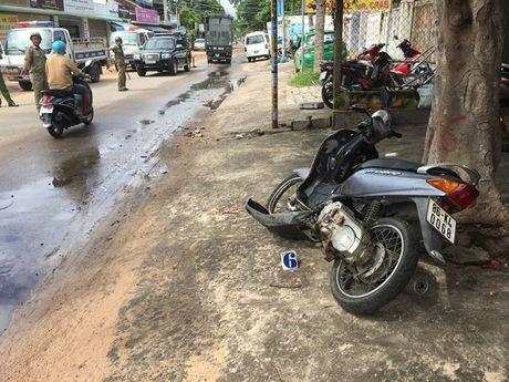 Binh Thuan: Lai xe lan duong, 1 nguoi nuoc ngoai thiet mang - Anh 3