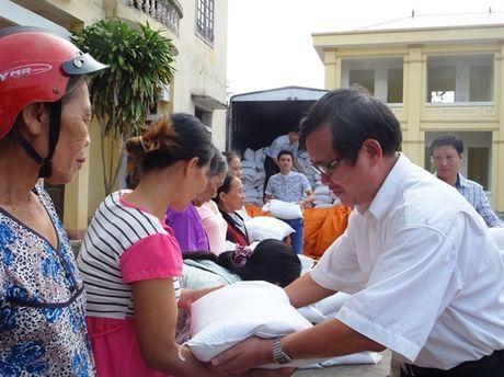 250 suat qua den voi nguoi dan vung lu Cam Xuyen - Anh 1