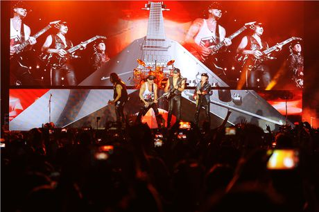 Scorpions 'dot chay' hon 10.000 khan gia trong dem cuoi Monsoon - Anh 1