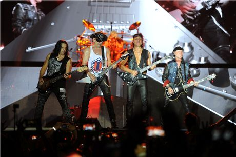 Scorpions 'dot chay' hon 10.000 khan gia trong dem cuoi Monsoon - Anh 2