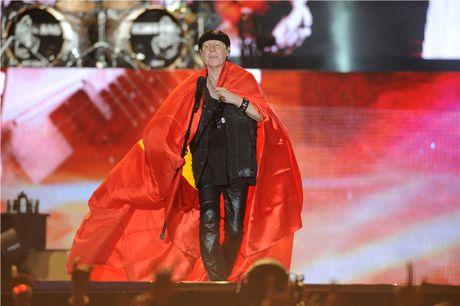 Scorpions 'dot chay' hon 10.000 khan gia trong dem cuoi Monsoon - Anh 6