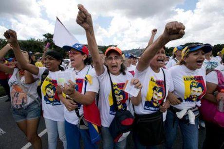 Chinh truong Venezuela: Phe Tong thong bi cao buoc dao chinh - Anh 3