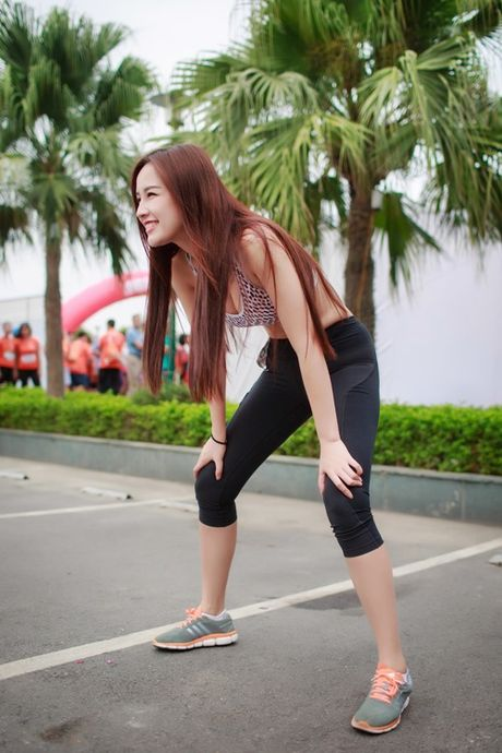 Mai Phuong Thuy chay bo van qua nong bong - Anh 1