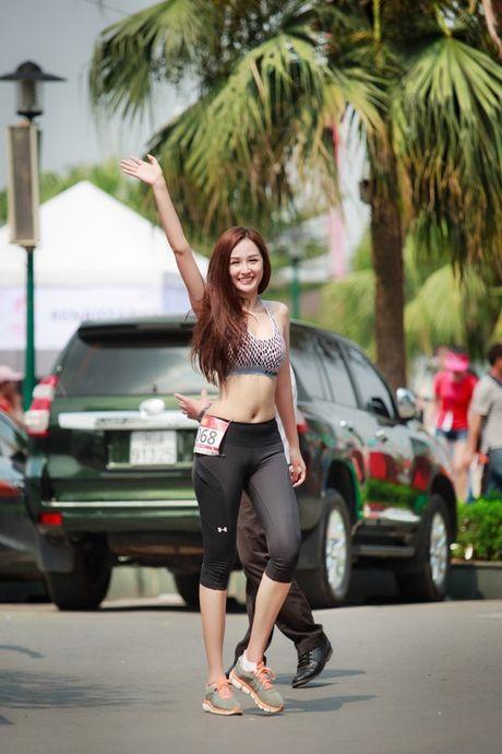Mai Phuong Thuy chay bo van qua nong bong - Anh 3
