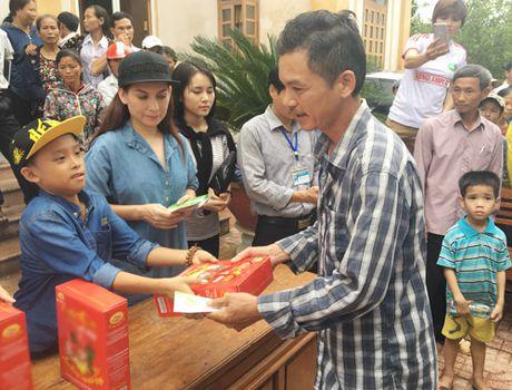 Me con Ho Van Cuong mang 1 ty dong tang ba con mien Trung - Anh 1