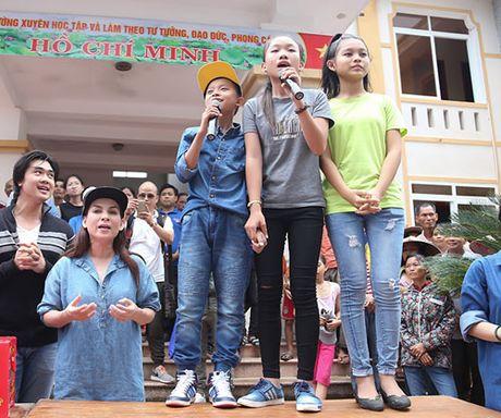 Me con Ho Van Cuong mang 1 ty dong tang ba con mien Trung - Anh 3