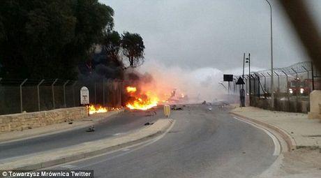 Hien truong vu may bay cho quan chuc EU roi o Malta - Anh 6