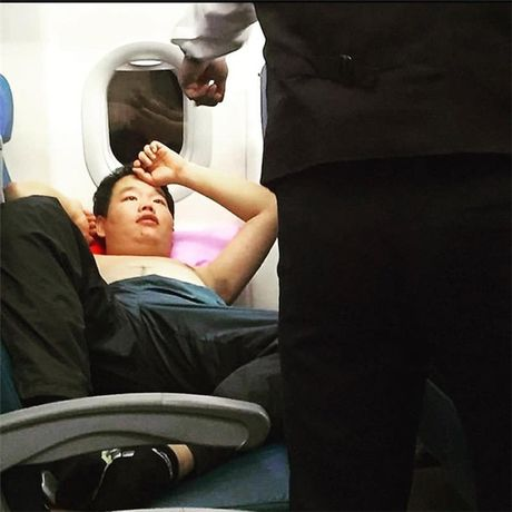 Nhung hanh dong kho do cua hanh khach tren may bay - Anh 9