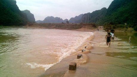 Quang Binh: Qua dap tran, mot hoc sinh bi nuoc cuon troi - Anh 1
