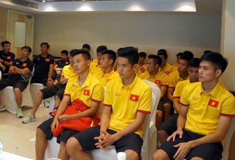 U19 Viet Nam chung tay ung ho dong bao mien Trung - Anh 1
