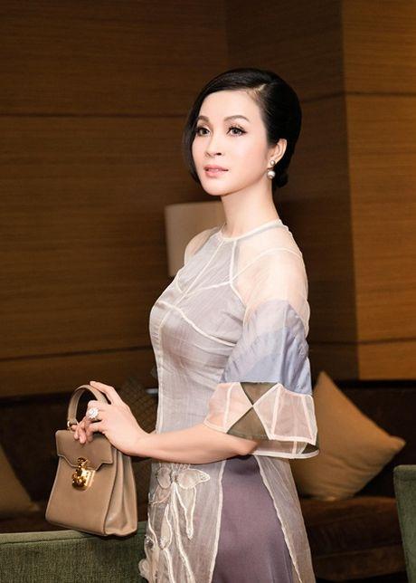 MC Thanh Mai dien ao dai cach tan tre trung sanh doi voi Nguyen Phi Hung - Anh 1