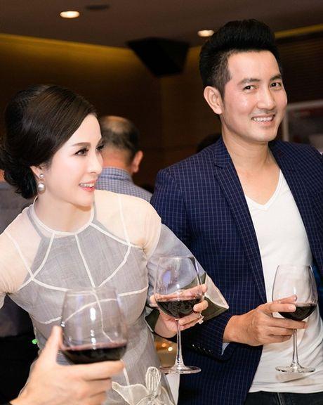 MC Thanh Mai dien ao dai cach tan tre trung sanh doi voi Nguyen Phi Hung - Anh 4