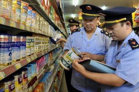 Trung Quoc thu giu 100 tan sua bot het han - Anh 1