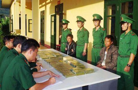 """2 nguoi Lao """"om"""" 69 banh heroin sang Viet Nam tieu thu - Anh 1"""