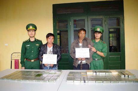 """2 nguoi Lao """"om"""" 69 banh heroin sang Viet Nam tieu thu - Anh 2"""