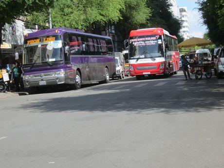 Cam xe khach tren 25 cho chay tren duong Le Hong Phong - Anh 1