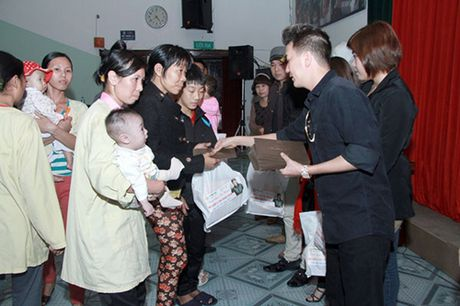 Nghi Dam Vinh Hung an chan tien tu thien, dan chi nhan tin gay soc - Anh 2