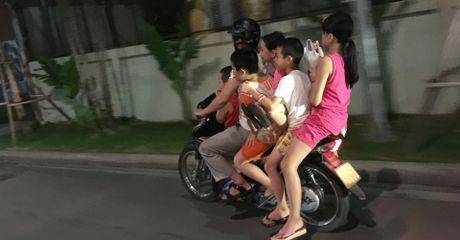 Ha Noi: Hai hung canh xe may cho 5 dua tre dau tran lao vun vut - Anh 1
