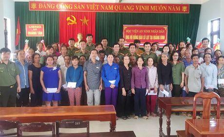 Hoc vien ANND trao qua cho nhan dan vung lu tai Ha Tinh, Quang Binh - Anh 1