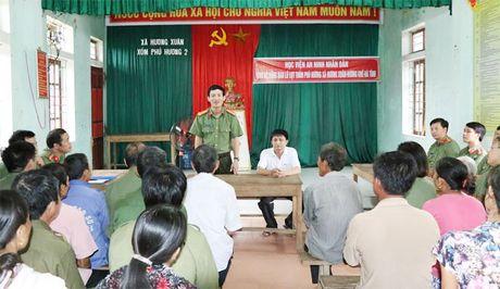 Hoc vien ANND trao qua cho nhan dan vung lu tai Ha Tinh, Quang Binh - Anh 2