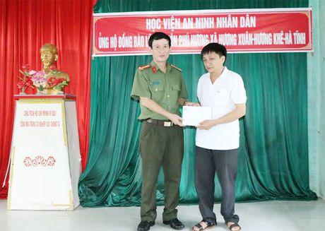 Hoc vien ANND trao qua cho nhan dan vung lu tai Ha Tinh, Quang Binh - Anh 3