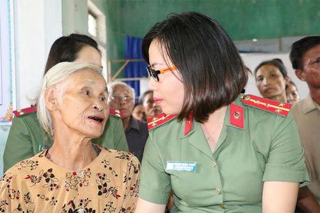 Hoc vien ANND trao qua cho nhan dan vung lu tai Ha Tinh, Quang Binh - Anh 4