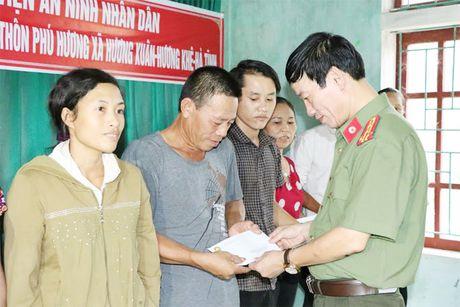 Hoc vien ANND trao qua cho nhan dan vung lu tai Ha Tinh, Quang Binh - Anh 7