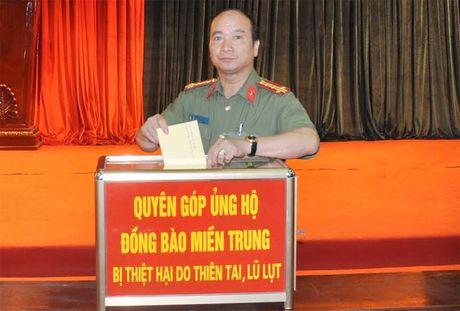Cong an Hai Duong quyen gop hon 400 trieu dong ung ho dong bao mien Trung - Anh 1