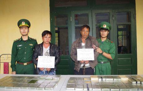 Thanh Hoa: Bat 2 doi tuong van chuyen 69 banh heroin o bien gioi Viet Lao - Anh 1