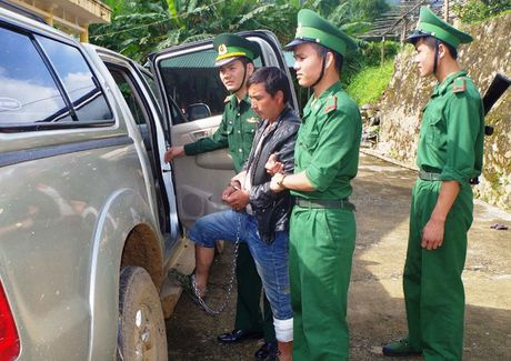 Bat 2 nguoi nuoc ngoai van chuyen 69 banh heroin - Anh 2