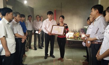 Truy tang bang khen cho nu sinh quen minh cuu ban - Anh 1