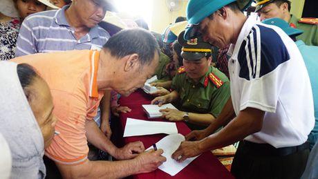 Cong an Ha Noi tang 4 ty dong cho nguoi dan Quang Binh, Ha Tinh - Anh 1