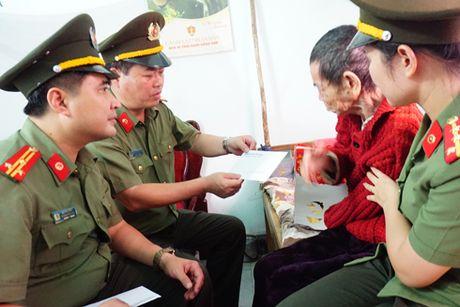 Cong an Ha Noi tang 4 ty dong cho nguoi dan Quang Binh, Ha Tinh - Anh 2
