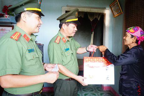 Cong an Ha Noi tang 4 ty dong cho nguoi dan Quang Binh, Ha Tinh - Anh 3